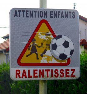 Achtung Kinder. Der Fußball bricht den Rahmen
