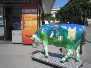 """Kuh mit """"Sound of Music""""-Motiven in der Nähe der Fahrkartenverkaufsstelle für die """"Sound of Music""""-Tour. Salzburg"""