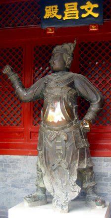 Eine Statue im Tempel der Weißen Wolke in Peking. Den Bauch berühren bringt Glück.