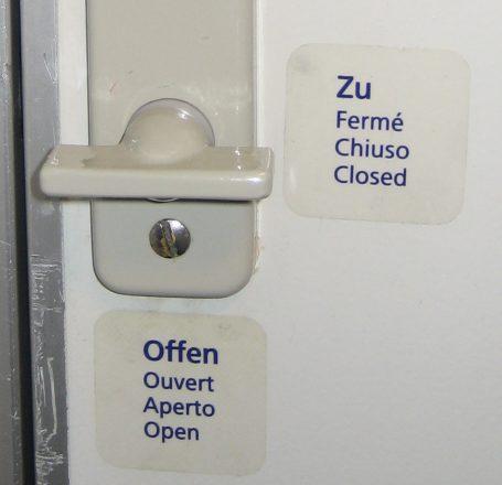 Toilettenverriegelung mit Zeichen für offen und zu. ÖBB